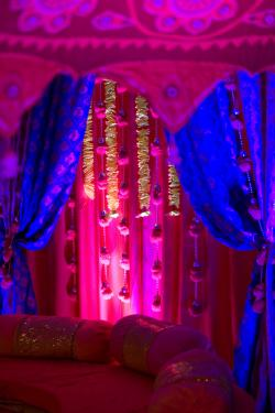indian-wedding-real-weddings-bold-color-palette-ornate-reception-decor.original